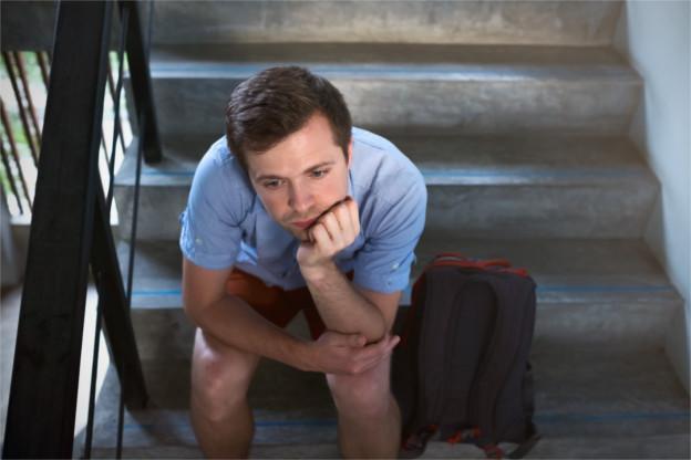 Mann_nachdenklich_auf_Treppe.jpg